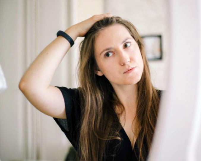 donna capelli specchio